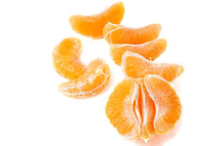Mandarin Scheiben auf weißem legte auf verschiedenen