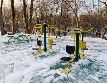 sports equipment in the winter park Zdjęcie Seryjne