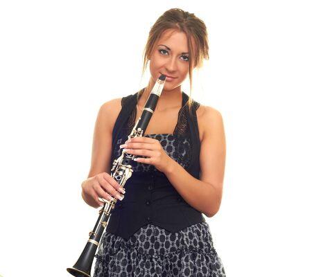 clarinete: hermosa chica en vestido negro aislado en blanco clarinete holding fondo