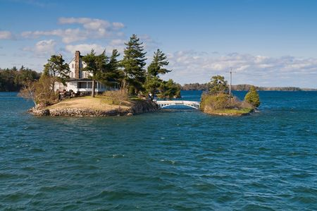The smallest international bridge connecting two of Thousand Islands on Saint Lawrence River - one island is USA and other is Canada 版權商用圖片