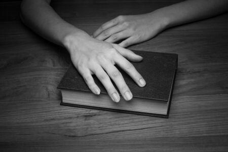 leer biblia: Un primer plano de una mujer cristiana que sostiene la biblia.