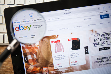 치앙마이, 태국 - 2015년 2월 15일 : 애플 아이 패드 화면에 eBay.com 홈페이지의 사진.