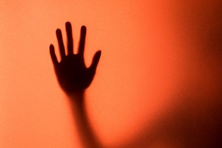 mujer llorando: silueta de la acción de la mujer grito