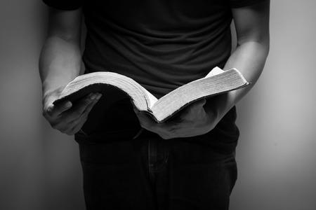 bible ouverte: Un homme lisant la Bible.