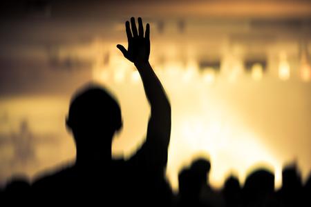 alabanza: concierto de música cristiana con la mano levantada Foto de archivo