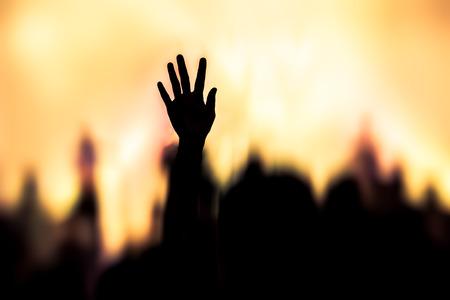 alabanza: concierto de m�sica cristiana con la mano levantada Foto de archivo