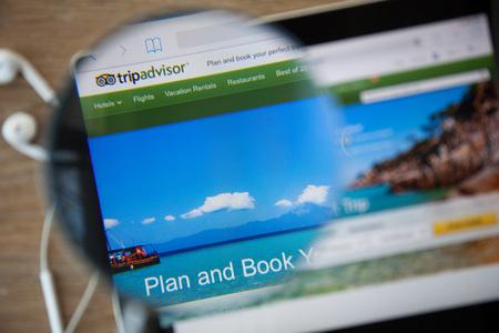 치앙마이, 태국 - 2015 년 2 월 26 일 : 돋보기를 통한 홈페이지 방문 .TripAdvisor.com은 여행 관련 웹 사이트 정보 및 여행 정보를 제공하는 여행 웹 사이트입