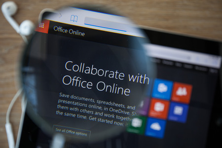 치앙마이, 태국 -2006 년 2 월 26 일 : 돋보기를 통해 ipad 모니터 화면에 Microsoft Office onlinr 홈페이지의 사진.