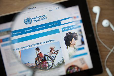 public health: Chiang Mai, Tailandia - 26 de febrero 2015: Organizaci�n Mundial de la Salud la p�gina principal a trav�s de una lupa. La OMS es un organismo especializado de las Naciones Unidas que se ocupa de la salud p�blica internacional.