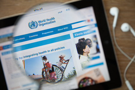 CHIANGMAI, THAILAND - 26 februari 2015: World Health Organization homepage door een vergrootglas. WHO is een gespecialiseerd agentschap van de Verenigde Naties die bezig met de internationale volksgezondheid. Redactioneel