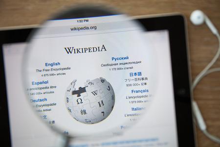 CHIANGMAI, THAILAND - 26 februari 2015: Foto van Wikipedia startpagina op een ipad beeldscherm door een vergrootglas.