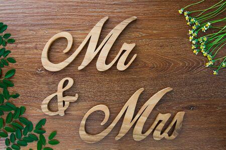 mrs: Palabra '' Mr. y la se�ora '' sobre fondo de madera Foto de archivo