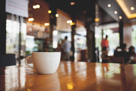 カフェでテーブルの上のコーヒー カップ。ビンテージ トーン 写真素材