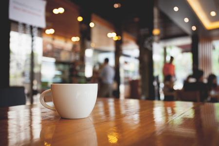 kopje koffie op tafel in het cafe. vintage toon Stockfoto
