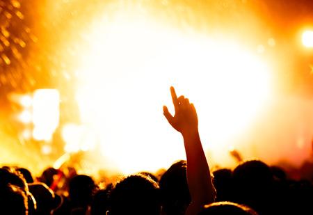 mensen vieren op een open lucht silhouetten Stockfoto