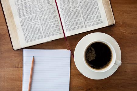 神聖な聖書とコーヒー
