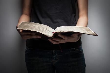 vangelo aperto: Un primo piano di una donna cristiana che legge la Bibbia. Archivio Fotografico