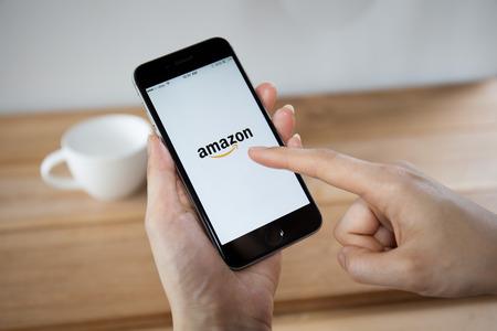 치앙마이, 태국 - 2014 년 4 월 26 일 : Apple iPhone 6 및 Macbook에 Amazon 응용 프로그램이 표시됩니다. 아마존은 미국의 국제 전자 상거래 회사입니다.