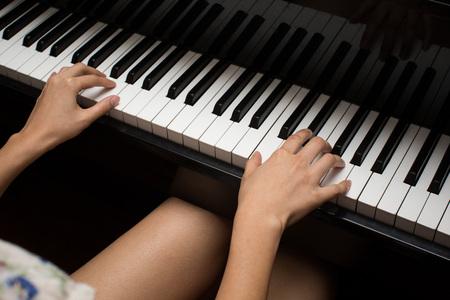 tocando el piano: Tocando el piano  Foto de archivo