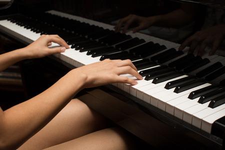 piano: Tocando el piano  Foto de archivo