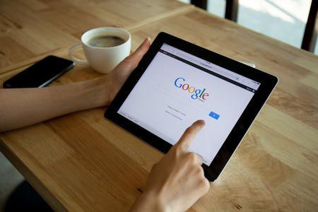CHIANGMAI, THAILAND - 19 april 2015: De foto van ipad apparaat met een Google-zoekopdracht app running