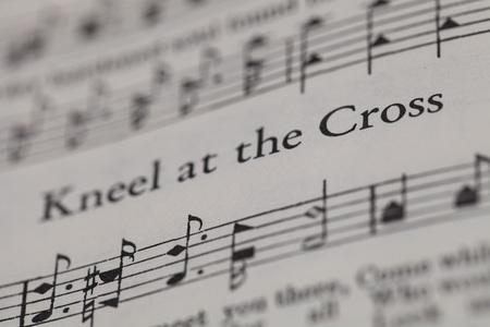 """hymnal: Chiangmai, Thailandia, aprile 21,2015. Canto Il libro Christian Hymnal sulla canzone di """"Inginocchiatevi presso la Croce"""" a casa. Aprile 21,2015 Editoriali"""