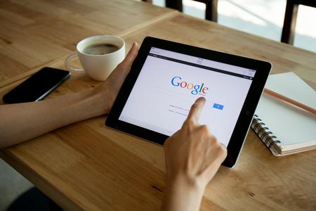 치앙마이, 태국 - 4 월 (19), 2015 Google 검색 앱 실행과 아이 패드 장치의 사진
