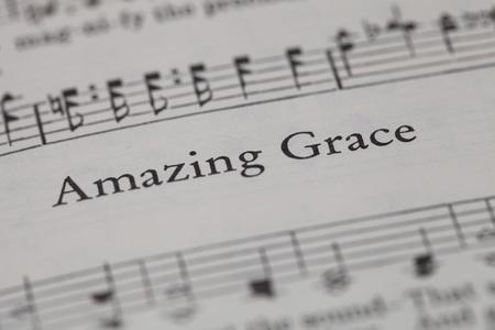 チェンマイ、タイ、4 月 21,2015。家庭で「アメイジング ・ グレイス」歌を歌う、キリスト教賛美歌本。4 月 21,2015