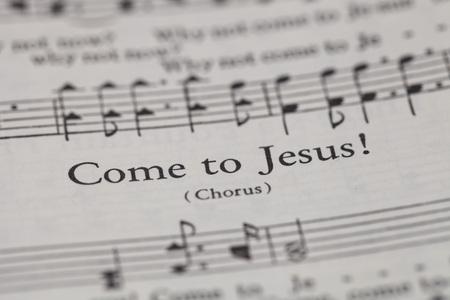 """hymnal: Chiangmai, Thailandia, aprile 21,2015. Canto Il libro Christian Hymnal sulla canzone di """"Vieni a Ges�"""" a casa. Aprile 21,2015"""