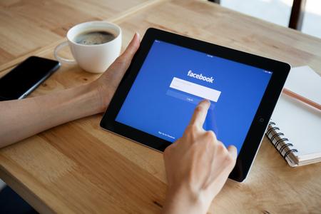 チェンマイ, タイ - 2015 年 2 月 19 日: Facebook は彼の大学のルームメイトでマークザッカーバーグによって 2004 年 2 月に設立されたオンライン ソーシャ 報道画像