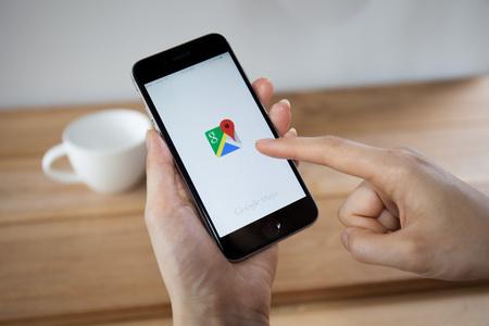치앙마이, 태국 - 2014 년 4 월 26 일 : Google은 인터넷 관련 서비스 및 제품을 전문으로하는 미국의 다국적 기업입니다. 수익의 대부분은 애드워즈에서 얻 에디토리얼