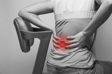 dolor espalda: Negocios la celebración de su mano a la dolorida espalda