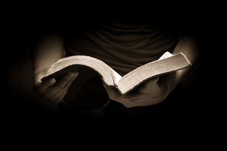 leer biblia: Un hombre leyendo la Santa Biblia.