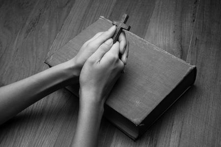 biblia: Las manos juntas en oración sobre Santa Biblia