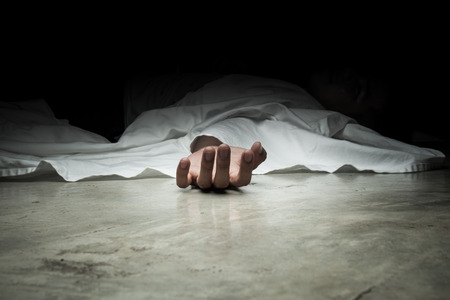 El cuerpo del hombre muerto. Centrarse en la mano Foto de archivo