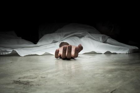 Le corps de l'homme mort. Focus sur la main Banque d'images