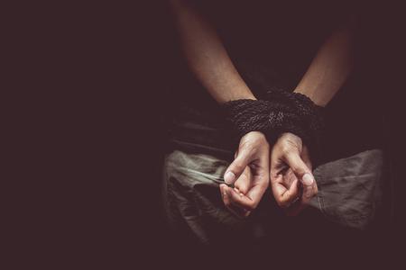 vintage toon van Handen van een ontbrekende ontvoerd, misbruikt, gijzelaar, slachtoffer vrouw vastgebonden met touw Stockfoto