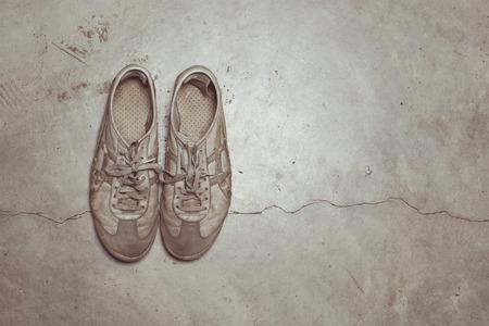 Vintage-Ton von Dirty alte Schuhe auf Betonboden Standard-Bild - 56484292
