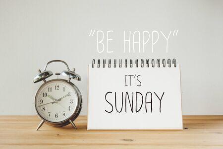 Inspirerend citaat: Wees blij dat het zondag Stockfoto