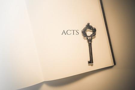 ビンテージ トーン行為の聖書の本 写真素材