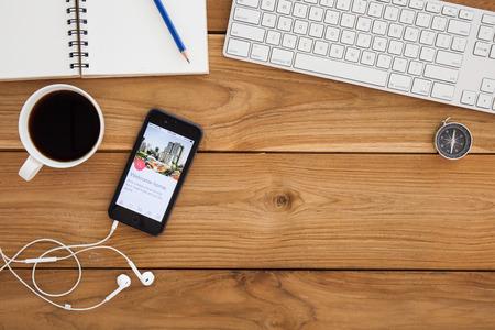 hospedaje: CHIANG MAI, Tailandia - 16 de marzo, 2016: Apple iPhone 6 más Mostrando aplicación Airbnb en la pantalla. Airbnb es un sitio web para que la gente lista, busque y alquilar alojamiento. Editorial