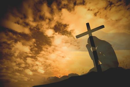 십자가 배경으로기도하다. 스톡 콘텐츠