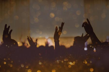 Vintage ton koncertu muzyki chrześcijańskiej z podniesioną ręką Zdjęcie Seryjne