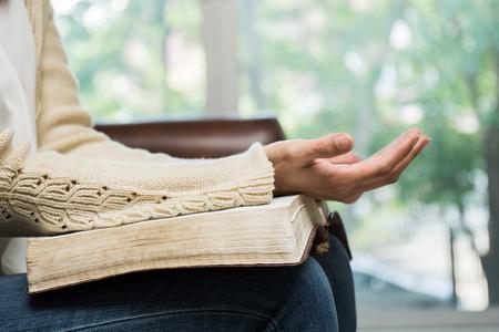 kobieta trzyma Biblię