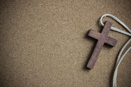 brown wood cross on cork board 版權商用圖片