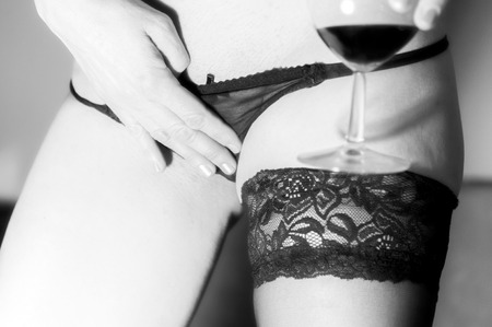 sexy meisje bedrijf glas wijn dragen van sokken Stockfoto