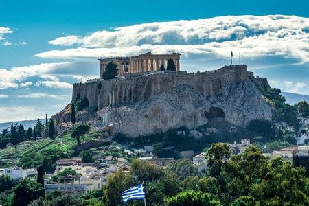 Blick auf die Akropolis von hinten, mit Wolken am Himmel, Athen, Griechenland