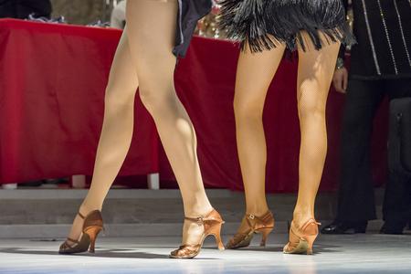 vrouwelijke benen van jonge meisjes die in competitie dansen