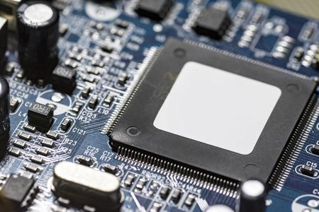 microchips y circuitos en una placa.