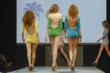three models catwalking Standard-Bild